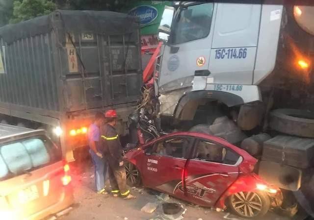 Hiện trường vụ tai nạn xe con dừng chờ đèn đỏ bị container đâm bẹp ở ngã tư Nguyễn Văn Linh- Sài Đồng