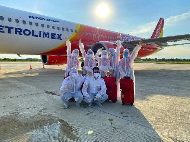 Dù chuyến bay có nguy cơ mắc dịch bệnh nhưng ai cũng hào hứng