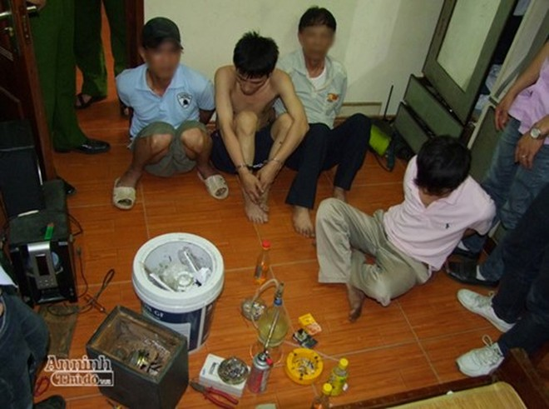 Đối tượng Trần Quốc Trung (cởi trần) không còn là cán bộ thuế Hà Nội, trước thời điểm bị bắt