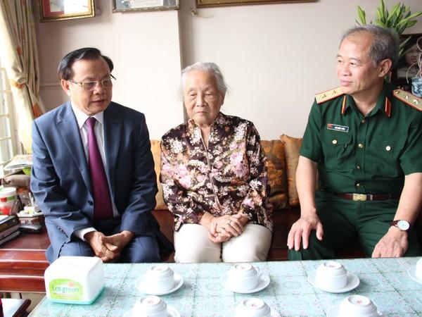 Bí thư Thành ủy Phạm Quang Nghị thăm một số gia đình, cá nhân tiêu biểu ảnh 4