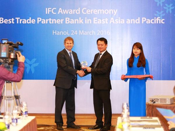 """Đại diện IFC trao giải thưởng """"Ngân hàng tài trợ thương mại tốt nhất khu vực Đông Á và Thái Bình Dương"""" cho VIB"""