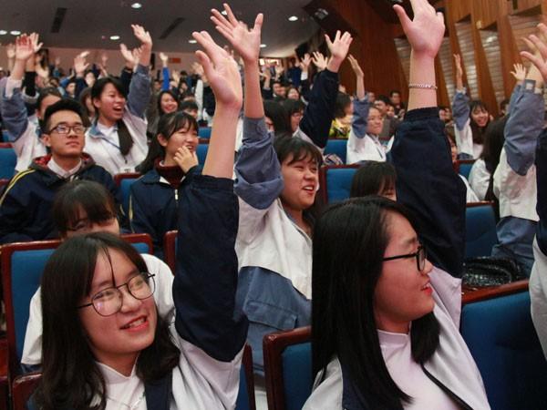 Hơn 400 bạn trẻ là những người sẽ lần đầu tham gia bầu cử hào hứng tham gia cuộc đối thoại