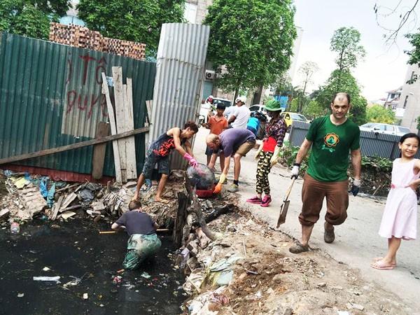 """Nhóm """"Keep Hanoi Clean"""" dọn rác ở ngõ 381/55/4 đường Nguyễn Khang"""