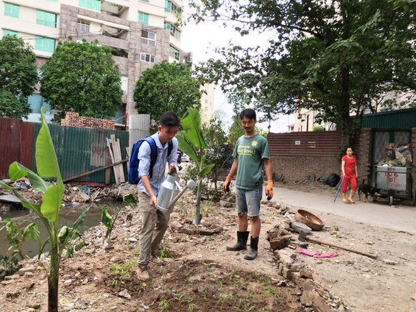 """Nhóm """"Keep Hanoi Clean"""" trồng cây ở ngõ 381/55/4 đường Nguyễn Khang"""