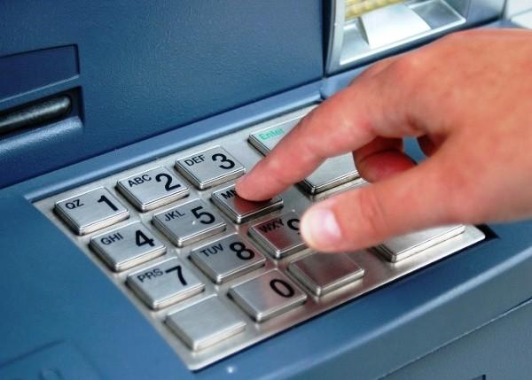 Trẻ từ 6 tuổi trở lên được sử dụng thẻ ATM ảnh 1