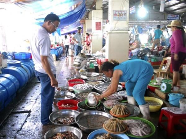 Tắm biển thoải mái, ăn hải sản phải chờ? ảnh 1