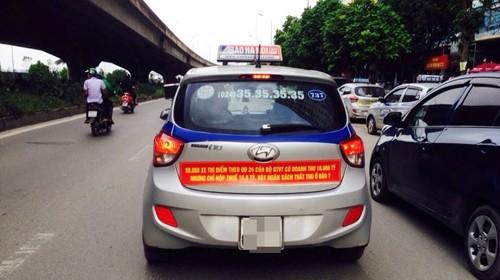 Sở GTVT yêu cầu các xe taxi gỡ bỏ biểu ngữ phản đối Uber, Grab dán trên xe