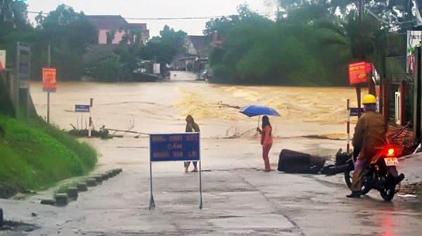 Cầu tràn Phố Châu ở Hương Sơn ngập sâu 1,2m khiến người và phương tiện không thể qua lại (ảnh: Báo Hà Tĩnh)