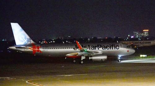 Máy bay bị sét đánh phải ở lại sân bay Vinh để kiếm tra kỹ thuật dẫn đến chuyến bay bị chậm nhiều giờ