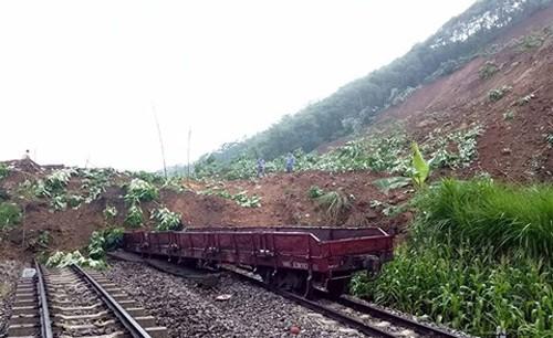 Dự kiến sẽ mất tới 4 ngày để khắc phục xong vụ sạt lở vùi lấp nhiều toa tàu tại ga Lâm Giang (Yên Bái)