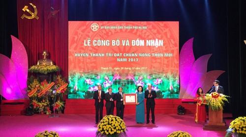 Phó Bí thư Thường trực Thành ủy Hà Nội Ngô Thị Thanh Hằng trao quyết định công nhận huyện đạt chuẩn nông thôn mới năm 2017 của Thủ tướng Chính phủ cho huyện Thanh Trì