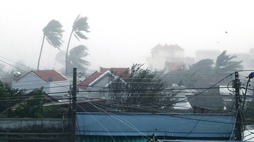 Bão số 12 đổ bộ Phú Yên - Khánh Hòa, hàng nghìn ngôi nhà tốc mái ảnh 1