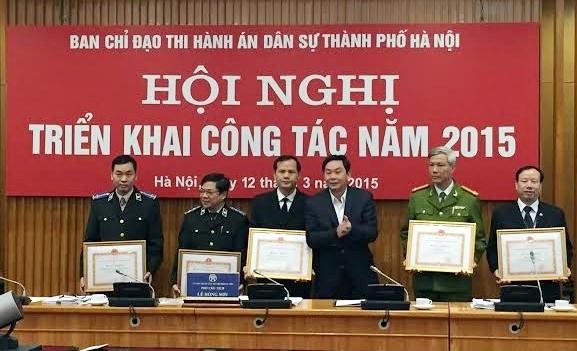 Đồng chí Lê Hồng Sơn -Phó Chủ tịch UBND Thành phố trao Bằng khen cho các tập thể đạt thành tích xuất sắc