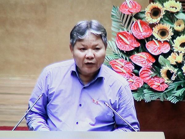 Bộ trưởng Bộ Tư pháp Hà Hùng Cường trình bày báo cáo trước Quốc hội