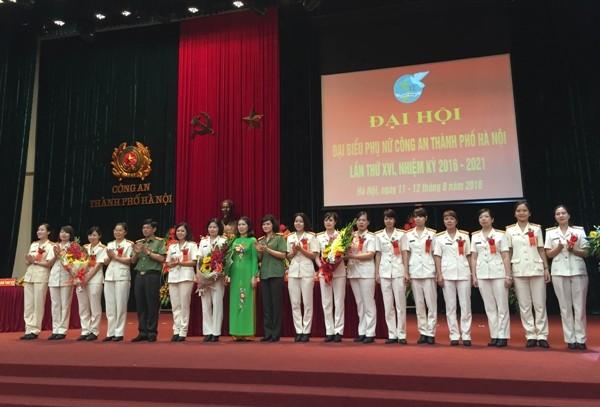 Thiếu tướng Đoàn Duy Khương - Giám đốc CATP Hà Nội tặng hoa cho BCH mới