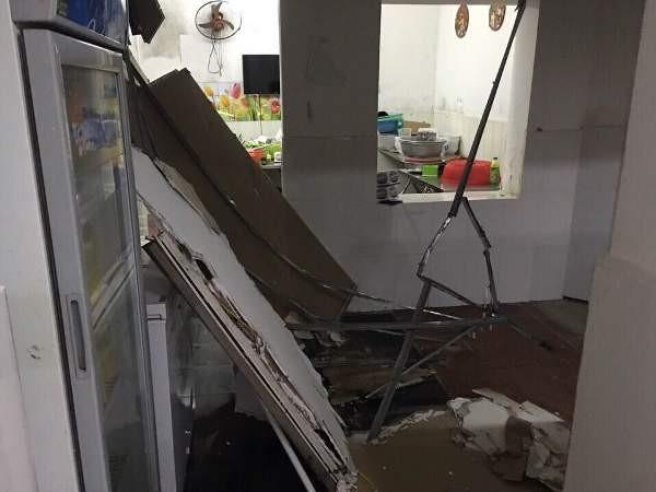 Trần thạch cao trong căn hộ nhà bà Thúy đã bị sập