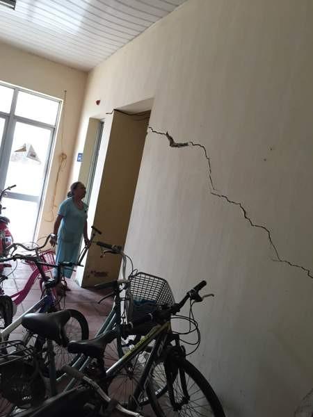 Nhiều mảng tường đã bị nứt toác