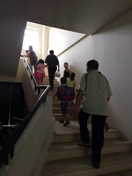 Người dân vất vả leo cầu thang bộ hàng ngày