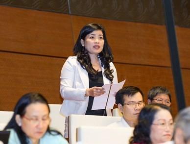 ĐB Đàng Thị Mỹ Hương (đoàn Ninh Thuận) phát biểu