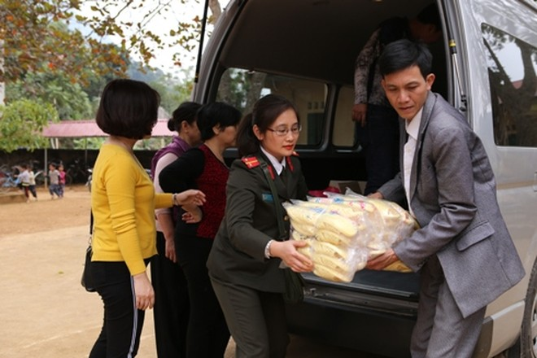 Phóng viên Báo ANTĐ cùng các thầy cô chuyển từng món quà xuống điểm tập kết