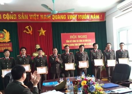 Đại tá Đoàn Ngọc Hùng - Phó Giám đốc CATP Hà Nội trao Giấy chứng nhận danh hiệu