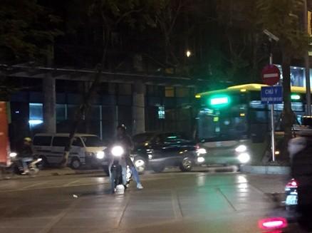 Xe máy tạt ngang đầu BRT đi ngược chiều vào phố Thành Công