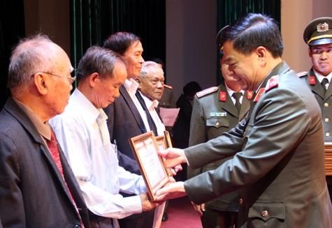 Thiếu tướng Đoàn Duy Khương, Giám đốc CATP Hà Nội trao giấy khen cho các cá nhân của CLB sỹ quan hưu trí