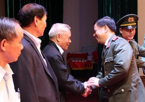 Thiếu tướng Đoàn Duy Khương trao đổi thân tình với các hội viên CLB Sỹ quan hưu trí