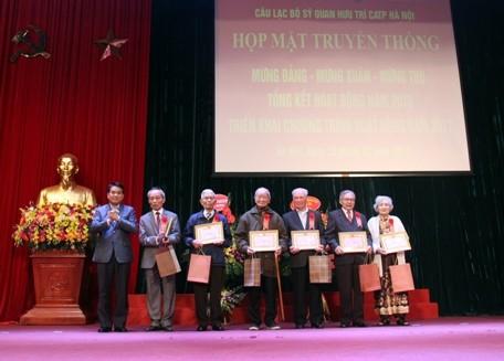 Chủ tịch UBND TP Nguyễn Đức Chung mừng thọ các hội viên trên 80 tuổi