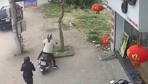 Chiếc xe bất ngờ bị lao đi do trẻ đứng phía trước vặn ga