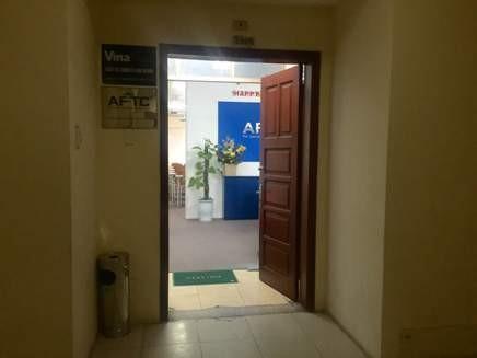 Một căn hộ có 2 biển tên văn phòng công ty