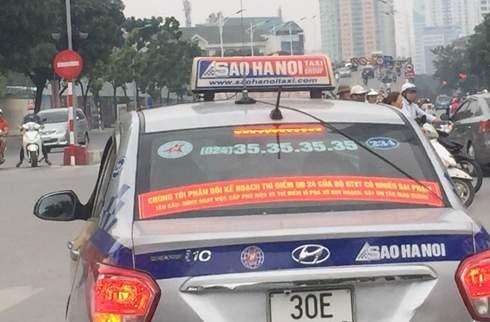 Thời gian qua, một số xe taxi dán khẩu hiệu phản đối kế hoạch thí điểm Quyết định 24 của Bộ GTVT và đề nghị dừng Uber, Grab