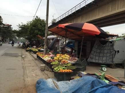 Gầm cầu thành nơi họp chợ