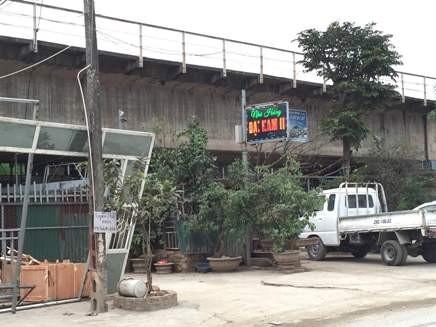 Biển nhà hàng ngay dưới gầm cầu