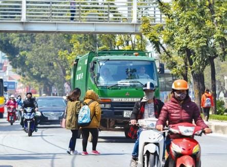 Tình trạng người đi bộ sang đường tùy tiện vẫn diễn ra khá phổ biến tại Hà Nội