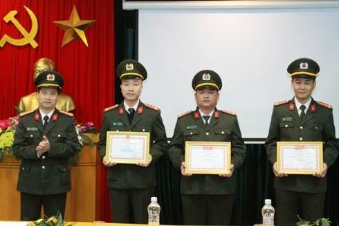 Tổng Biên tập Báo ANTĐ trao thưởng cho các cá nhân đạt thành tích xuất sắc