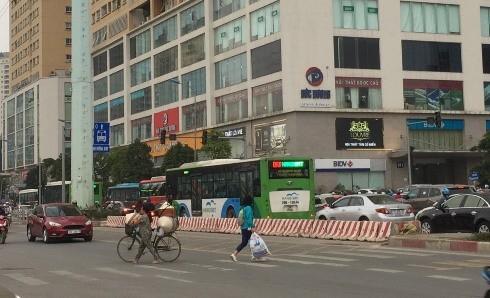 Người đi xe đạp băng qua dải phân cách để sang đường