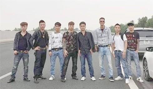 Nhóm Khá Bảnh dàn hàng chụp ảnh trên cao tốc Hà Nội - Hải Phòng