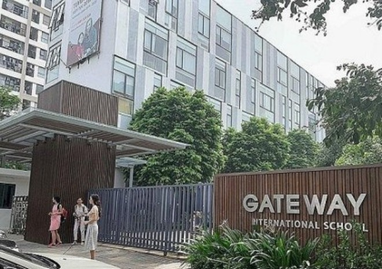 """Cổng trường Gateway có gắn từ """"International School"""" (trường quốc tế)"""