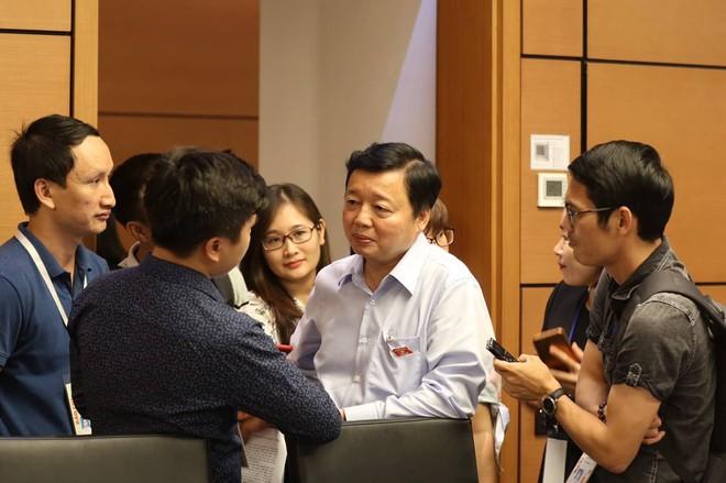 Bộ trưởng Trần Hồng Hà trả lời báo chí bên hành lang Quốc hội