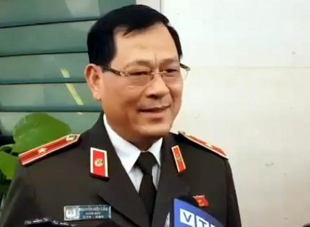 Thiếu tướng Nguyễn Hữu Cầu bên hành lang Quốc hội
