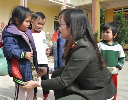 Đại diện Báo An ninh Thủ đô tặng áo ấm cho các em học sinh