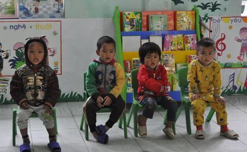 Các em học sinh mầm non háo hức đợi nhận quà