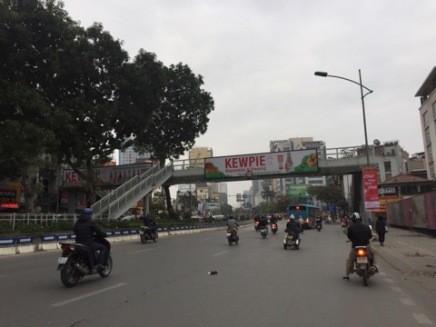 Cầu vượt bộ hành trên đường Giảng Võ khá vắng khách