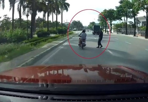 Hành vi không chấp hành hiệu lệnh, hướng dẫn của người điều khiển giao thông hoặc người kiểm soát giao thông sẽ bị xử lý nghiêm (ảnh minh họa)