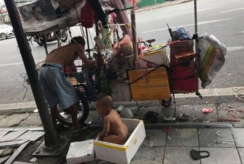 Hình ảnh cháu bé trần truồng trong thùng xốp trên đường phố Hà Nội