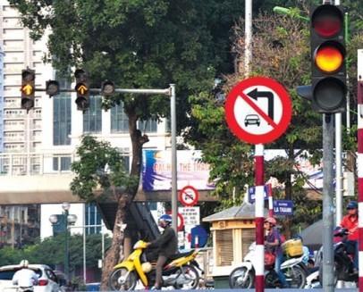 Theo Quy chuẩn mới, khi có đèn vàng, phương tiện đi quá vạch dừng hoặc quá gần vạch dừng, nếu dừng lại thấy nguy hiểm thì được đi tiếp