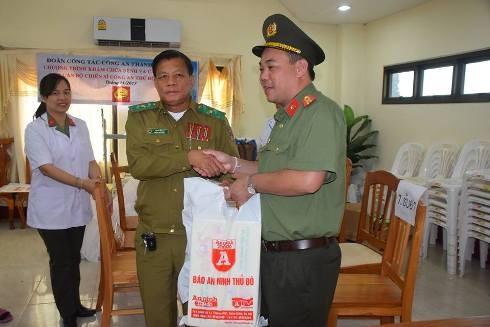 Thay mặt đoàn công tác CATP Hà Nội, Thiếu tá Lưu Hồng Quân, Phó Tổng biên tập Báo ANTĐ tặng quà Thiếu tướng Boupha Siphomma - Giám đốc CATP Viêng Chăn