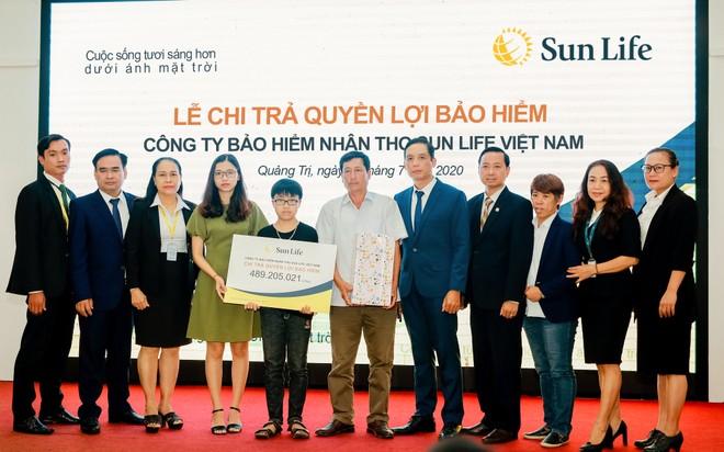 Đại diện Sun Life Việt Nam chụp hình lưu niệm cùng gia đình thụ hưởng