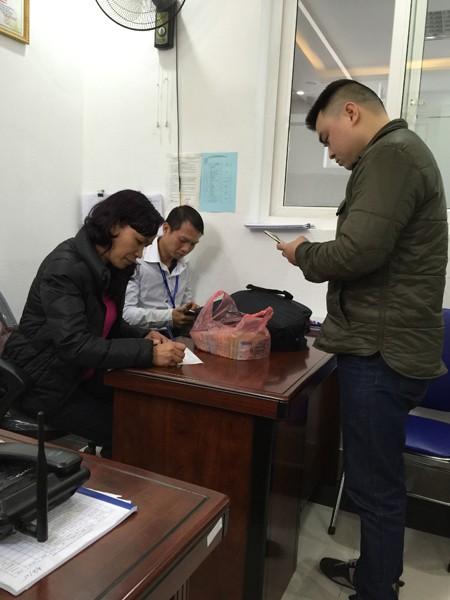 Đại úy Nguyễn Tiến Thắng (người đang đứng) – Phó trưởng Công an phường Hàng Bồ trao lại số tiền cho chị Sâm
